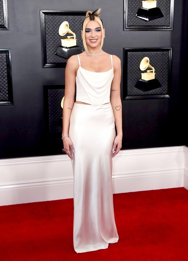 Những bộ cánh đỉnh nhất Grammy 2020 gọi tên váy công chúa của Ariana Grande lẫn set cô đào năm 90 của Dua Lipa - Ảnh 4.