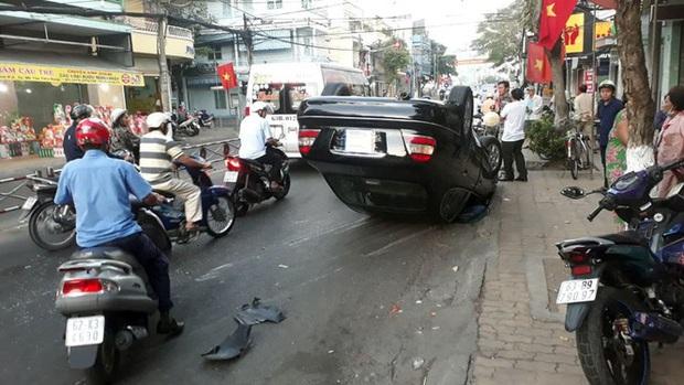 Xế hộp lật nhào giữa đường, tài xế và hành khách đập cửa thoát thân - Ảnh 1.