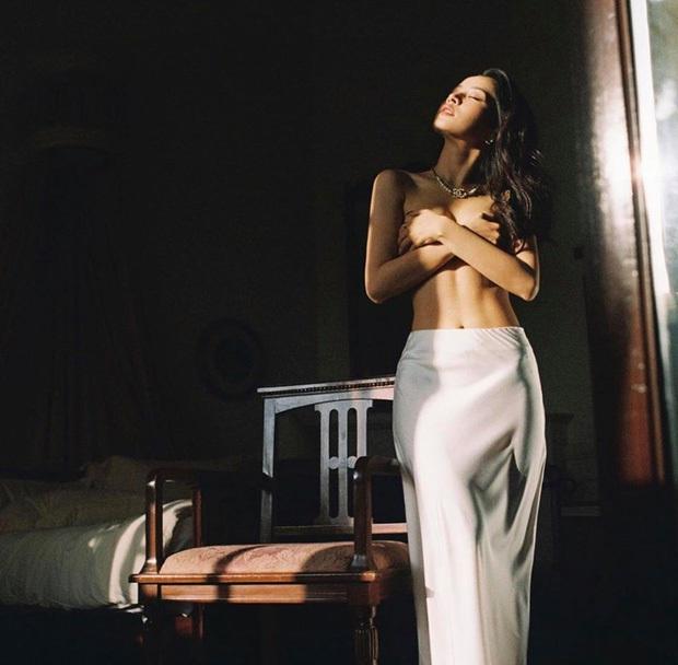 Vừa tung ảnh bán nude lại khoe thêm hình diện bikini cực gợi cảm: Chi Pu đích thị là mỹ nhân nóng nhất Vbiz xuân Canh Tý! - Ảnh 2.
