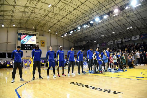 Người hâm mộ trên toàn thế giới khóc thương huyền thoại xấu số Kobe Bryant - Ảnh 9.