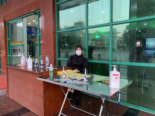 Kiểm tra thân nhiệt tất cả khách xuất nhập cảnh qua cửa khẩu Lào Cai - Ảnh 5.