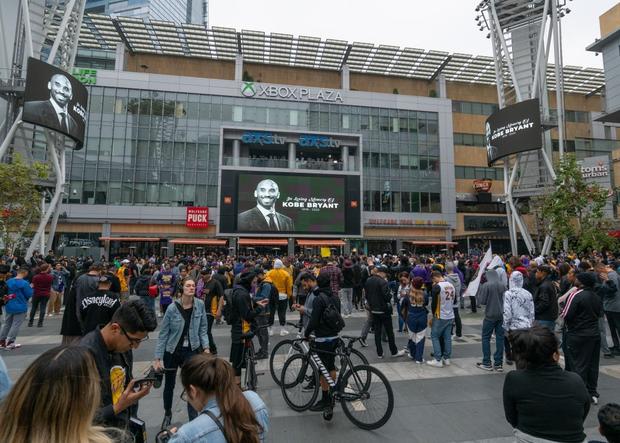 Người hâm mộ trên toàn thế giới khóc thương huyền thoại xấu số Kobe Bryant - Ảnh 3.