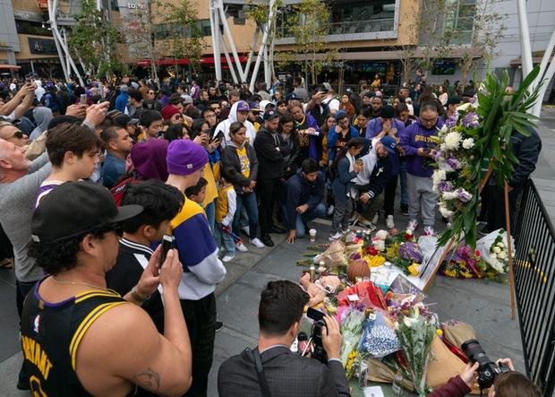 Người hâm mộ trên toàn thế giới khóc thương huyền thoại xấu số Kobe Bryant - Ảnh 5.
