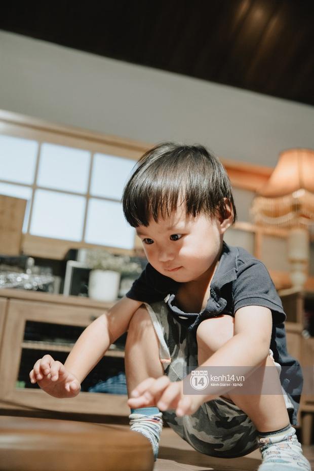 Con trai Á hậu Tú Anh hơn 1 tuổi đã lớn phổng phao, lại có kiểu tóc y chang bé Sa dễ thương vô đối khi cùng mẹ đi chơi Tết - Ảnh 4.