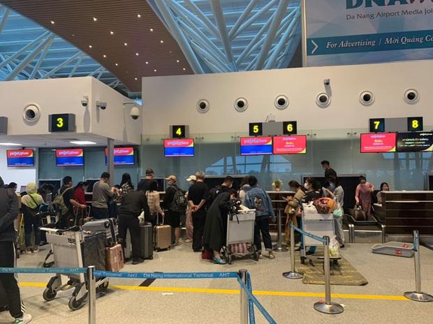 Hình ảnh đoàn du khách Trung Quốc đeo khẩu trang làm thủ tục rời Đà Nẵng để về lại Vũ Hán - Ảnh 1.