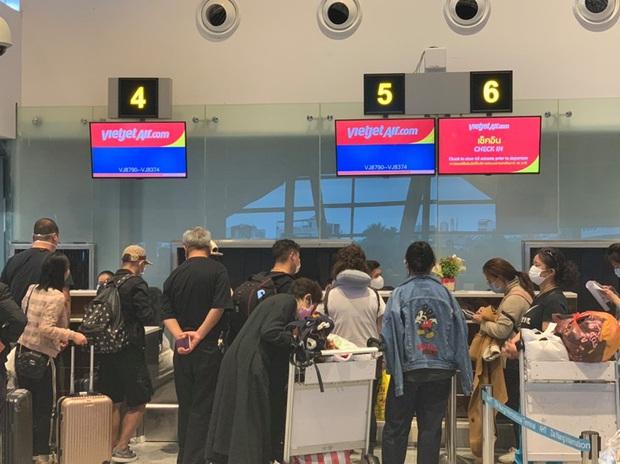 Hình ảnh đoàn du khách Trung Quốc đeo khẩu trang làm thủ tục rời Đà Nẵng để về lại Vũ Hán - Ảnh 2.