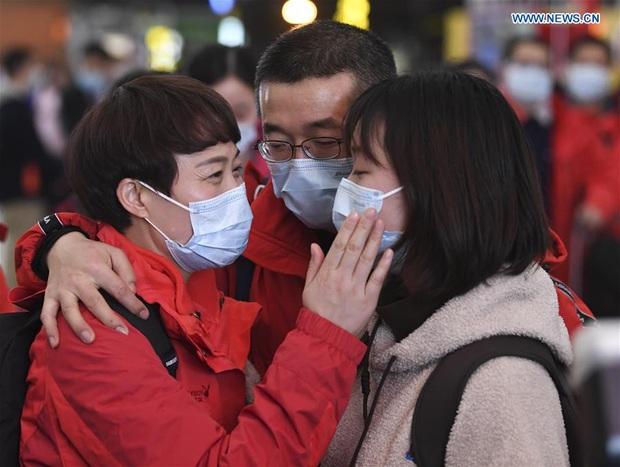 Những khoảnh khắc ấm lòng trong tâm dịch Vũ Hán: Khi tình người dìu dắt nhau vượt qua cơn khủng hoảng virus corona - Ảnh 2.