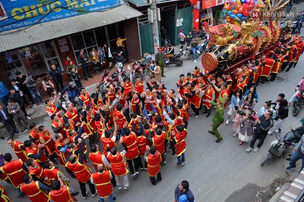 Hàng nghìn người hò reo cổ vũ màn rước pháo và tung hô quan đám tại lễ hội Đồng Kỵ - Ảnh 4.