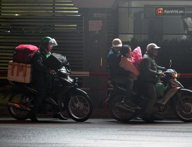 Ảnh: Người dân ùn ùn đổ về Thủ đô ngày mồng 4 tết trong cái lạnh 14 độ, cửa ngõ phía nam Hà Nội ùn tắc kéo dài - Ảnh 17.