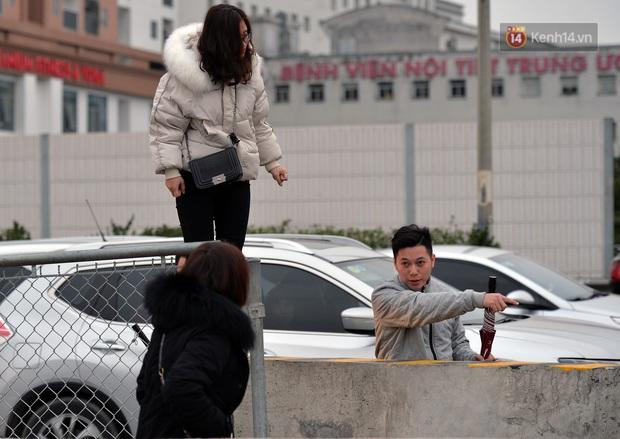 Ảnh: Người dân ùn ùn đổ về Thủ đô ngày mồng 4 tết trong cái lạnh 14 độ, cửa ngõ phía nam Hà Nội ùn tắc kéo dài - Ảnh 9.