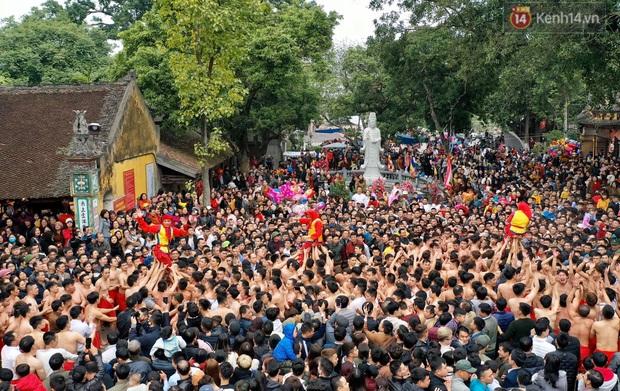 Hàng nghìn người hò reo cổ vũ màn rước pháo và tung hô quan đám tại lễ hội Đồng Kỵ - Ảnh 17.