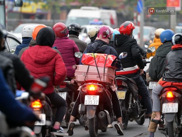 Ảnh: Người dân ùn ùn đổ về Thủ đô ngày mồng 4 tết trong cái lạnh 14 độ, cửa ngõ phía nam Hà Nội ùn tắc kéo dài - Ảnh 16.
