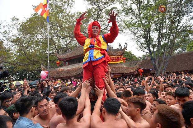 Hàng nghìn người hò reo cổ vũ màn rước pháo và tung hô quan đám tại lễ hội Đồng Kỵ - Ảnh 14.