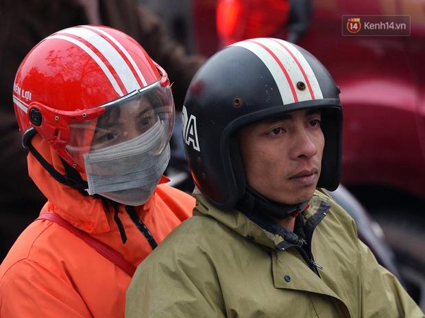 Ảnh: Người dân ùn ùn đổ về Thủ đô ngày mồng 4 tết trong cái lạnh 14 độ, cửa ngõ phía nam Hà Nội ùn tắc kéo dài - Ảnh 15.