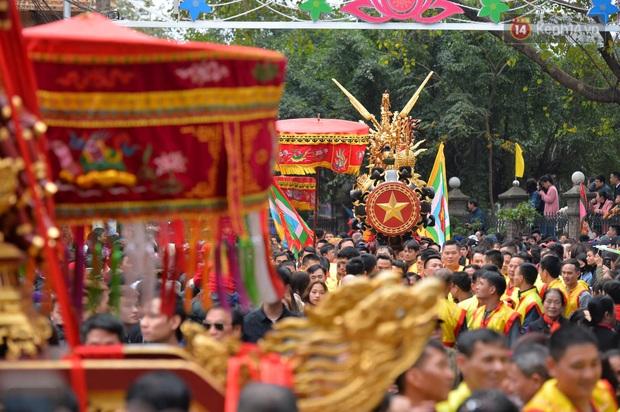 Hàng nghìn người hò reo cổ vũ màn rước pháo và tung hô quan đám tại lễ hội Đồng Kỵ - Ảnh 6.