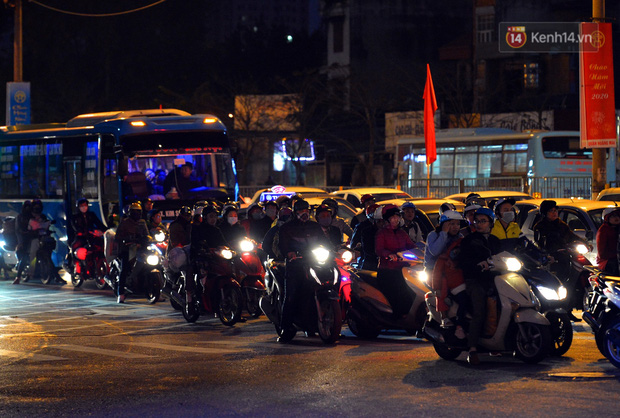 Ảnh: Người dân ùn ùn đổ về Thủ đô ngày mồng 4 tết trong cái lạnh 14 độ, cửa ngõ phía nam Hà Nội ùn tắc kéo dài - Ảnh 18.