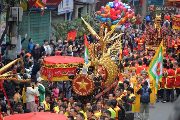 Hàng nghìn người hò reo cổ vũ màn rước pháo và tung hô quan đám tại lễ hội Đồng Kỵ - Ảnh 7.
