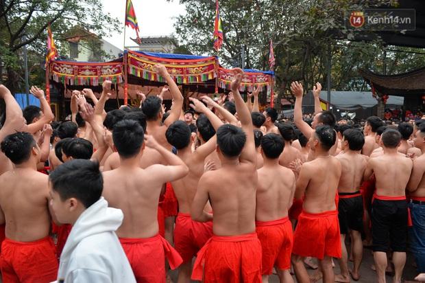 Hàng nghìn người hò reo cổ vũ màn rước pháo và tung hô quan đám tại lễ hội Đồng Kỵ - Ảnh 12.