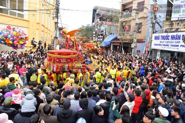 Hàng nghìn người hò reo cổ vũ màn rước pháo và tung hô quan đám tại lễ hội Đồng Kỵ - Ảnh 5.