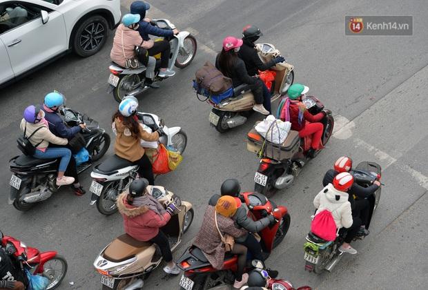 Ảnh: Người dân ùn ùn đổ về Thủ đô ngày mồng 4 tết trong cái lạnh 14 độ, cửa ngõ phía nam Hà Nội ùn tắc kéo dài - Ảnh 13.