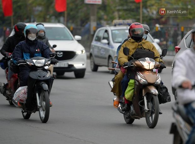 Ảnh: Người dân ùn ùn đổ về Thủ đô ngày mồng 4 tết trong cái lạnh 14 độ, cửa ngõ phía nam Hà Nội ùn tắc kéo dài - Ảnh 12.