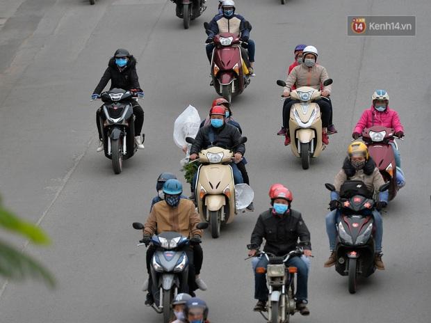 Ảnh: Người dân ùn ùn đổ về Thủ đô ngày mồng 4 tết trong cái lạnh 14 độ, cửa ngõ phía nam Hà Nội ùn tắc kéo dài - Ảnh 14.