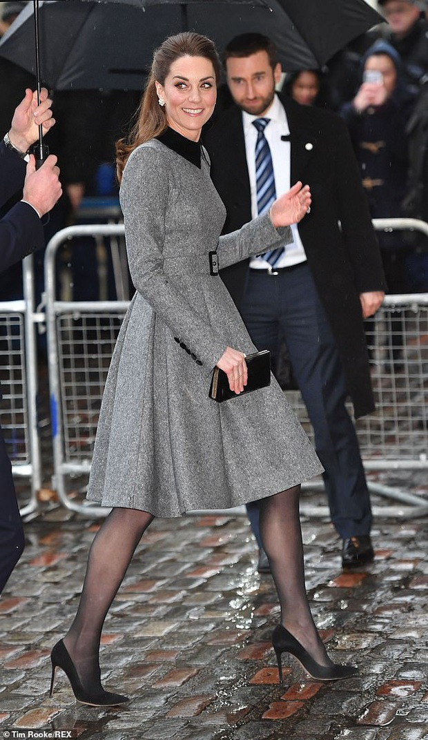 Vẫn chiếc váy ấy nhưng Kate Middleton chỉ thay đổi vài chi tiết, vẻ ngoài đã vươn lên tầm cao mới: Trẻ trung và siêu cấp thời thượng - Ảnh 1.