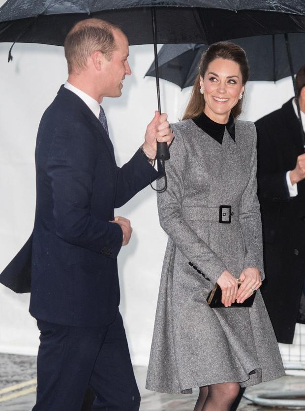Vẫn chiếc váy ấy nhưng Kate Middleton chỉ thay đổi vài chi tiết, vẻ ngoài đã vươn lên tầm cao mới: Trẻ trung và siêu cấp thời thượng - Ảnh 2.