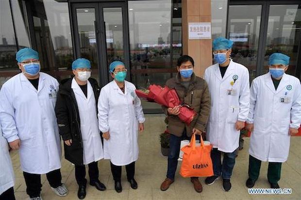 Trung Quốc: Bệnh nhân nhiễm virus corona đầu tiên xuất viện - Ảnh 1.