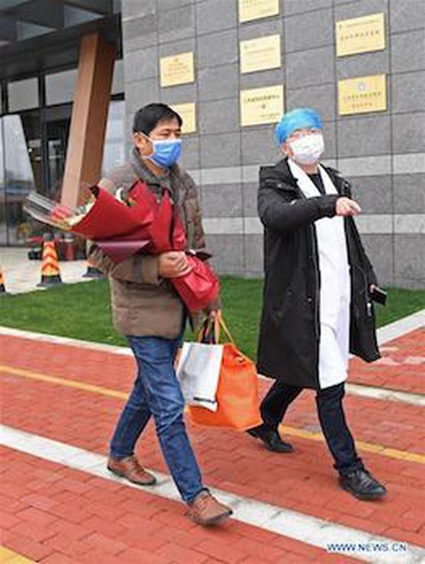 Trung Quốc: Bệnh nhân nhiễm virus corona đầu tiên xuất viện - Ảnh 2.