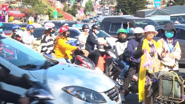 Du khách nườm nượp đổ về Đà Lạt, kẹt xe cục bộ ở nhiều tuyến đường  - Ảnh 1.