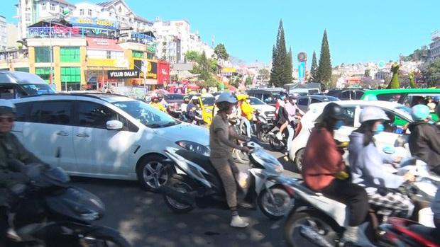 Du khách nườm nượp đổ về Đà Lạt, kẹt xe cục bộ ở nhiều tuyến đường  - Ảnh 2.