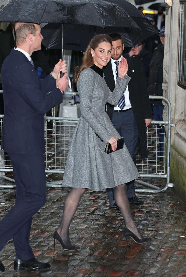 Vẫn chiếc váy ấy nhưng Kate Middleton chỉ thay đổi vài chi tiết, vẻ ngoài đã vươn lên tầm cao mới: Trẻ trung và siêu cấp thời thượng - Ảnh 3.