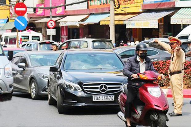 Du khách nườm nượp đổ về Đà Lạt, kẹt xe cục bộ ở nhiều tuyến đường  - Ảnh 4.