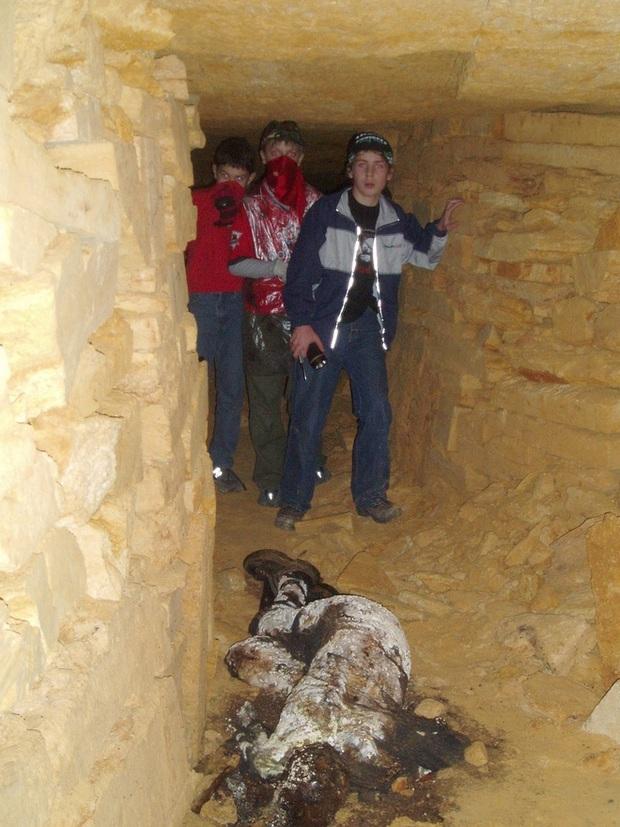 Bí ẩn rùng rợn bên trong hầm mộ mê cung Odessa của Ukraine: Bữa tiệc nhỏ đêm giao thừa - Ảnh 4.