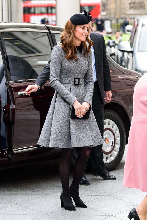 Vẫn chiếc váy ấy nhưng Kate Middleton chỉ thay đổi vài chi tiết, vẻ ngoài đã vươn lên tầm cao mới: Trẻ trung và siêu cấp thời thượng - Ảnh 6.
