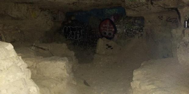 Bí ẩn rùng rợn bên trong hầm mộ mê cung Odessa của Ukraine: Bữa tiệc nhỏ đêm giao thừa - Ảnh 6.