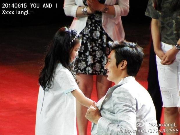 Ghen nổ mắt trước loạt ảnh Lee Min Ho nhìn fan nhí đầy sủng nịnh gây bão: Giấc mơ của mọi thiếu nữ đây chứ đâu! - Ảnh 6.