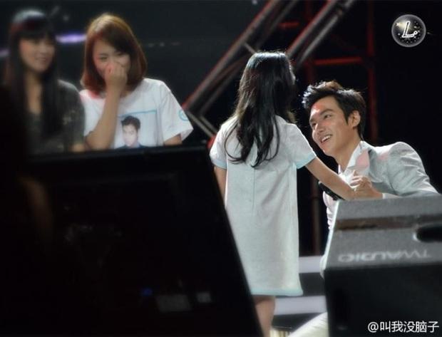 Ghen nổ mắt trước loạt ảnh Lee Min Ho nhìn fan nhí đầy sủng nịnh gây bão: Giấc mơ của mọi thiếu nữ đây chứ đâu! - Ảnh 3.