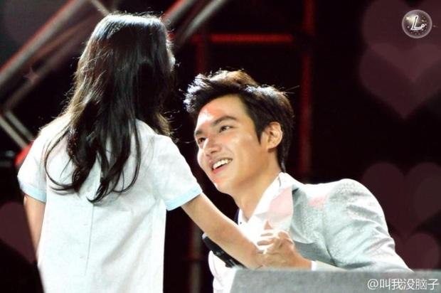 Ghen nổ mắt trước loạt ảnh Lee Min Ho nhìn fan nhí đầy sủng nịnh gây bão: Giấc mơ của mọi thiếu nữ đây chứ đâu! - Ảnh 2.