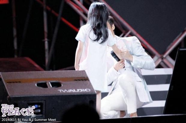Ghen nổ mắt trước loạt ảnh Lee Min Ho nhìn fan nhí đầy sủng nịnh gây bão: Giấc mơ của mọi thiếu nữ đây chứ đâu! - Ảnh 8.