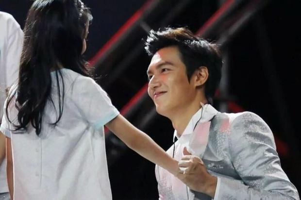 Ghen nổ mắt trước loạt ảnh Lee Min Ho nhìn fan nhí đầy sủng nịnh gây bão: Giấc mơ của mọi thiếu nữ đây chứ đâu! - Ảnh 1.