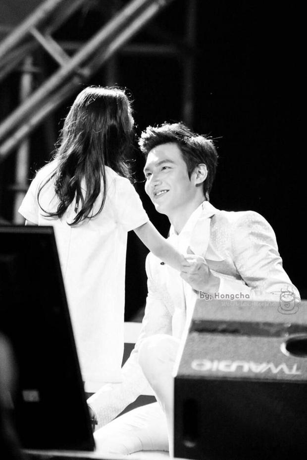 Ghen nổ mắt trước loạt ảnh Lee Min Ho nhìn fan nhí đầy sủng nịnh gây bão: Giấc mơ của mọi thiếu nữ đây chứ đâu! - Ảnh 4.