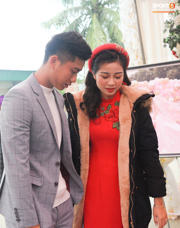 Cập nhật từ nhà Văn Đức: Ngôi sao ĐT Việt Nam động viên vợ xinh đẹp vượt qua cơn say xe, tươi cười đón khách đến mừng đám cưới - Ảnh 7.