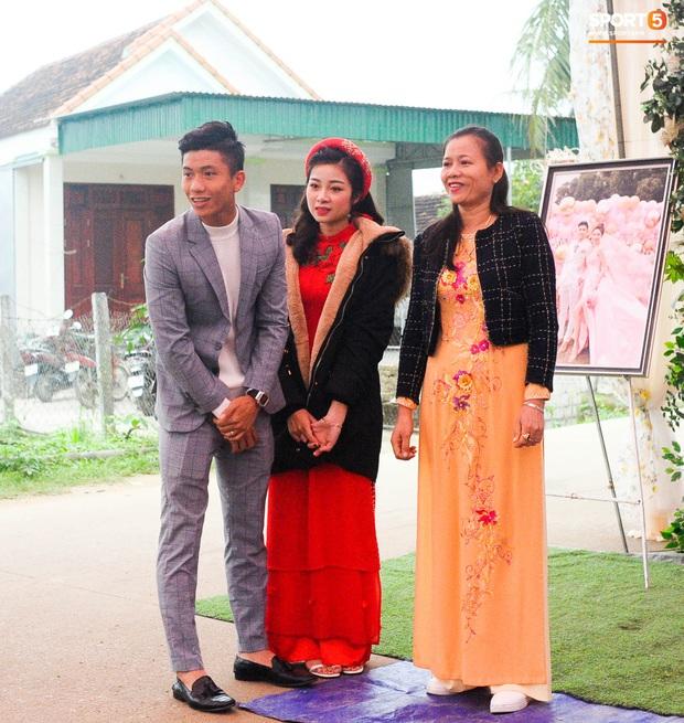 Cập nhật từ nhà Văn Đức: Ngôi sao ĐT Việt Nam động viên vợ xinh đẹp vượt qua cơn say xe, tươi cười đón khách đến mừng đám cưới - Ảnh 3.