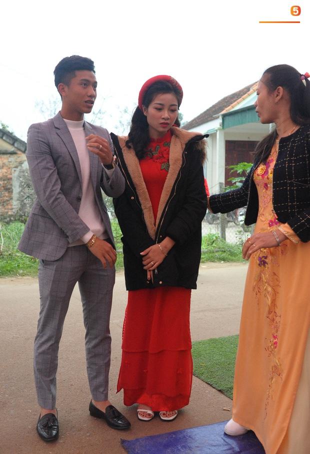 Cập nhật từ nhà Văn Đức: Ngôi sao ĐT Việt Nam động viên vợ xinh đẹp vượt qua cơn say xe, tươi cười đón khách đến mừng đám cưới - Ảnh 6.