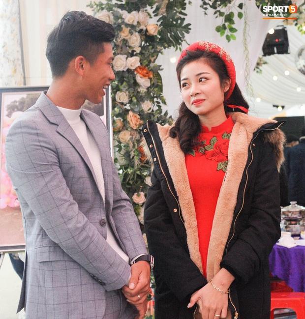 Cập nhật từ nhà Văn Đức: Ngôi sao ĐT Việt Nam động viên vợ xinh đẹp vượt qua cơn say xe, tươi cười đón khách đến mừng đám cưới - Ảnh 5.