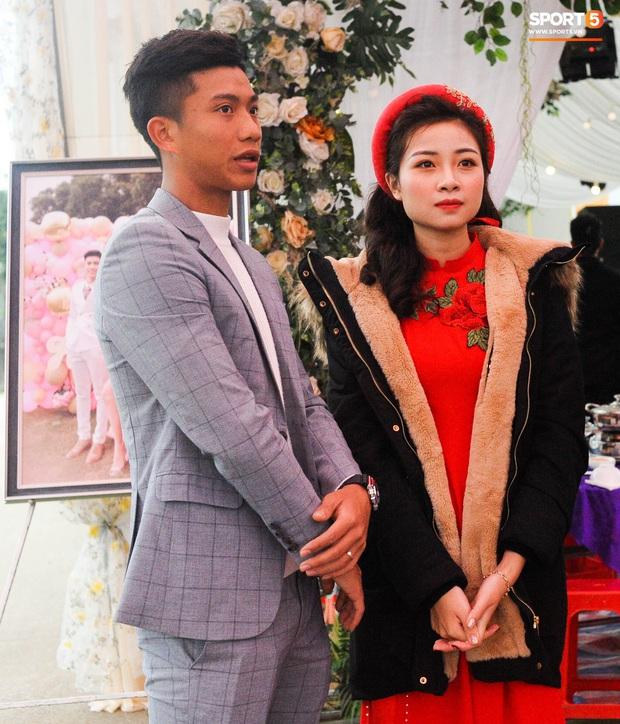 Cập nhật từ nhà Văn Đức: Ngôi sao ĐT Việt Nam động viên vợ xinh đẹp vượt qua cơn say xe, tươi cười đón khách đến mừng đám cưới - Ảnh 8.