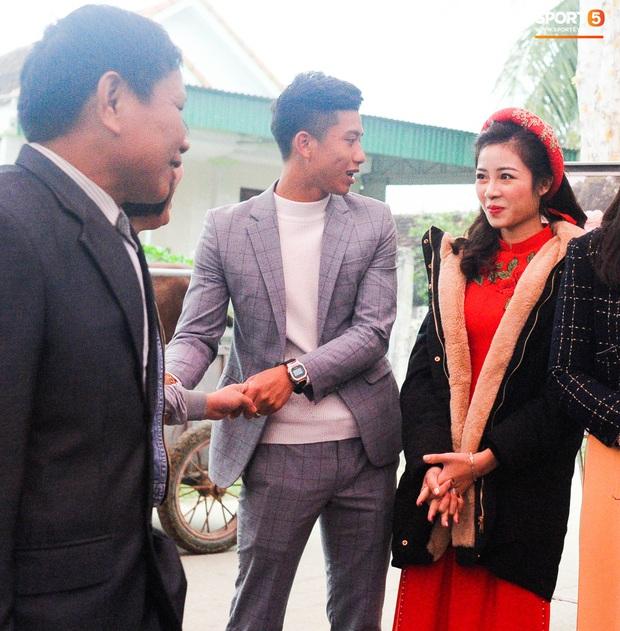 Cập nhật từ nhà Văn Đức: Ngôi sao ĐT Việt Nam động viên vợ xinh đẹp vượt qua cơn say xe, tươi cười đón khách đến mừng đám cưới - Ảnh 2.
