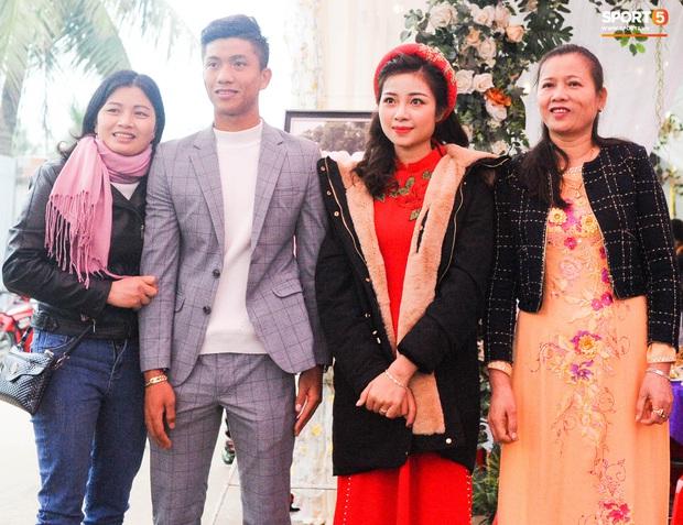 Cập nhật từ nhà Văn Đức: Ngôi sao ĐT Việt Nam động viên vợ xinh đẹp vượt qua cơn say xe, tươi cười đón khách đến mừng đám cưới - Ảnh 9.